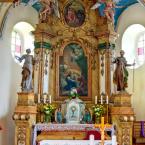 Hlavný oltár s plastikami sv. apoštolov Petra a Pavla po stranách - z 18. storočia